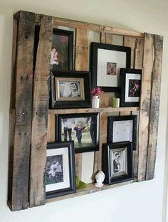 DIY met pallets: maak een #wandbord van een #pallet hout om #fotolijsten en andere accessoires in te plaatsen. #wood #picture #pictureframe