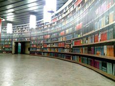 Op dit metrostation in Boekarest kan je gratis een boek halen in een digitale bibliotheek. Even de QR-code scannen met je telefoon of tablet en lezen maar.