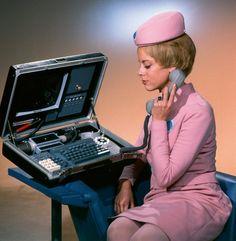 Visionär: Mit umfangreichen Recherchen versuchte Kubrick sicherzustellen, dass sein Bild von der Zukunft auf Innovationen basierte, die tatsächlich mit hoher Wahrscheinlichkeit eintreten würden. In vielen Fällen lag er richtig: So wies etwa dieser für den Film entworfende tragbare Computer mit einem aufklappbaren Display, einer Kamera und einer Vorrichtung zur computergestützten Telefonie bereits in den Sechzigerjahren viele Merkmale heutiger Laptops auf. Und noch eine weitere Innovati...