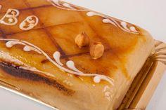 Tarta Ponche. Bizcocho blanco, relleno de crema de avellana y cubierta de mazapán y yema tostada.