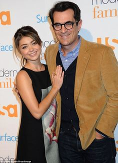 On-screen father and daughter Sarah Hyland and Ty Burrell of Modern Family. Adriana Lima Victoria Secret, Victoria Secret Fashion, Modern Family Tv Show, S Icon, Elizabeth Banks, American Modern, Sarah Hyland, Irina Shayk, Red Carpet Dresses