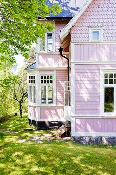 Unusual Exterior Paint Color Combos That Actually Look Really Great Exterior Paint Color Combinations, Paint Color Combos, House Paint Color Combination, Exterior Paint Colors For House, Paint Colors For Home, Exterior Colors, Exterior Design, Casa Color Pastel, Pastel Pink