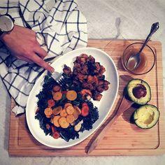 """Dès la semaine prochaine le mercure va monter tout comme la sève des érables au Québec  Que buvez-vous pour larrivée du printemps ?  On vous propose la recette d'une salade santé qui va vous """"sucrer le bec"""" :  Ingrédients (pour 3 personnes) -1 Kale -3 Avocats -3 Patates douces grillées -Un sac de carottes colorées -3 Pommes  Vinaigrette -Sirop dérable -Vinaigre de cidre de pomme -Huile dolive -Sel de Mer -Poivre  Préparation :  Epluchez les patates les carottes et les pommes…"""