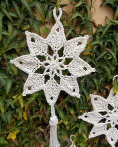 mit Bommeln gleich doppelt so schön oder? ---- Café da Meia Tarde: Crochê engomado: Estrela Natalina - Her Crochet Crochet Christmas Decorations, Crochet Ornaments, Crochet Decoration, Holiday Crochet, Snowflake Ornaments, Handmade Ornaments, Free Crochet Snowflake Patterns, Crochet Snowflakes, Crochet Flower Patterns