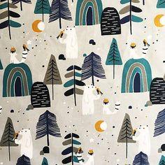 Bavlnená látka so kresleným vzorom severského lesa s medveďmi, líškami a do modra ladenou krajinou s rozprávkovými prvkami a škandinávskym čarom. Látka je jemný husto tkaný splývavý popel... Curtains, Shower, Prints, Scrappy Quilts, Rain Shower Heads, Blinds, Showers, Draping, Picture Window Treatments