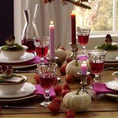 table décorée d'éléments de thème automnal