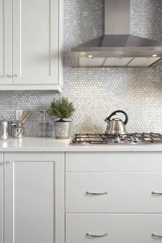 Modern Kitchen 29 Top Kitchen Splashback Ideas for Your Dream Home - Penny Tile Splashback - Would you like to update your kitchen without undergoing a full remodel? Check out our top kitchen splashback ideas to get inspiration! Modern Kitchen Backsplash, Kitchen Tops, Kitchen Redo, New Kitchen, Backsplash Tile, Kitchen Ideas, Awesome Kitchen, Country Kitchen, Kitchen White