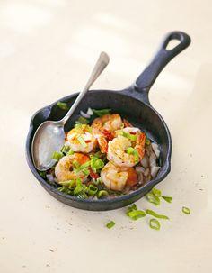ättikatkikset & kevätsipuli pannusta (paista pannulla jättikatkarapuja ja kevätsipulia, mausteeksi sweet chili kastiketta).