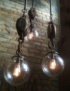 Geweldige stoeren lampen van een houten katrol, gecombineerd met metaal en glas