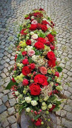 Rot - Creme - Grün Casket Flowers, Funeral Flowers, Funeral Arrangements, Flower Arrangements, Green Funeral, Funeral Caskets, Grave Decorations, Casket Sprays, Funeral Tributes