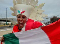 Torcedora mexicana balança bandeira antes de entrar no Castelão. Foto: Yuri Cortez/AFP