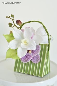 Determining Who Wears Flowers At Wedding For The Best Planning – Bridezilla Flowers Orchid Arrangements, Beautiful Flower Arrangements, Beautiful Flowers, Deco Floral, Arte Floral, Floral Design, Muebles Shabby Chic, Candy Flowers, Flower Bag