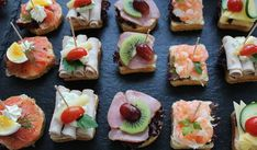 For a reception (champagne breakfast, inauguration, etc.) we recommend cocktail canap … - Empfang Pizza Snacks, Party Snacks, Appetizers For Party, Canapes Recipes, Appetizer Recipes, Champagne Breakfast, Appetizer Sandwiches, Reception Food, Christmas Party Food