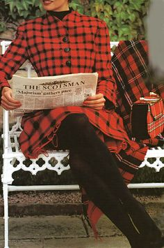 "Linda Evangelista reading in a tartan suit in ""A Shot of Scotch"" in US Vogue, September Photographer: Arthur Elgort. ""For the Scots, tartan isn't just folkloric; for some it's everyday wear, and. Linda Evangelista, Arthur Elgort, Scottish Plaid, Scottish Tartans, Sonia Kashuk, Tartan Dress, Tartan Plaid, Tartan Suit, Mode Tartan"