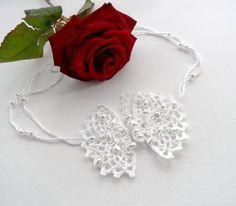 Gargantilla con mariposa en crochet y abalorios / Crochet Beaded White Necklace Choker Butterfly by CraftsbySigita,