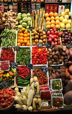 la boqueria, barcelona, españa I can almost smell the fresh fruit and veggies Fruit And Veg, Fruits And Vegetables, Fresh Fruit, Ibiza, La Boqueria, Traditional Market, Fresh Market, Gaudi, Farmers Market
