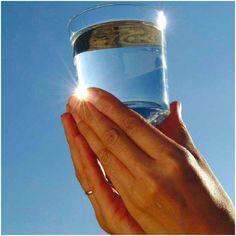 """Resolver Problemas Usando un Vaso con Agua Esta técnica corresponde a José Silva, creador del Método Silva. Nos ayuda a encontrar, casi por """"arte de magia"""", la solución de aquellos problemas difíciles. La técnica es bien simple: 1) Antes de irte a dormir, llena un vaso con agua. 2) Cierra los ojos, vuélvelos ligeramente hacia arriba y bebe la mitad del agua. 3) Mientras bebes el agua, piensa: """"Esto es todo lo que necesito hacer para resolver el problema que tengo en mente."""" 4) Pon el vaso…"""