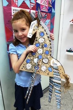 Hand Crafts For Kids, Diy For Kids, Atelier D Art, 3rd Grade Art, Magazine Crafts, School Art Projects, Art N Craft, Art Lessons Elementary, Cardboard Crafts