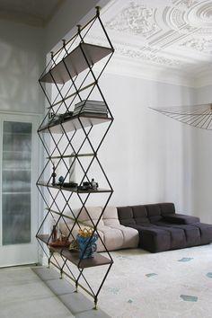 Tilanrajausta tyylillä. Hylly sopii sekä romanttisen, että modernin kodin yhteyteen.