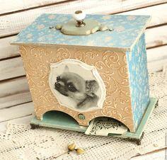 Купить или заказать чайный домик на два сорта ЛЮБИМЫЙ МАЛЫШ в интернет-магазине на Ярмарке Мастеров. чайный домик на два сорта ЛЮБИМЫЙ МАЛЫШ - нежный, удобный и вместительный домик для чая с милым чихуа. Домик декорирован со всех сторон, фасад украшает нежный рельеф с позолотой, крышку украшает удобная латунная ручка с керамической вставкой.