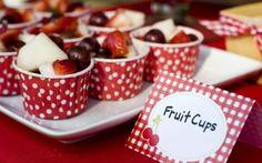 Potinhos com frutas descascadas e lavadas – vale usar a criatividade e combinar várias frutas diferentes, como morango, maçã, jabuticaba... Foto: Pinterest/Evelyn