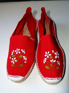 Alpargatas                                                                                                                                                                                 Más Painted Clothes, Hand Painted Shoes, Shoes Flats Sandals, Espadrille Shoes, Sock Shoes, Shoe Boots, Painted Sneakers, Sewing Magazines, Decorated Shoes