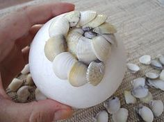 How to make a ball of shells, the sea topiary - Vila do Artesão - How to make a ball of shells, the sea topiary More - Sea Crafts, Rock Crafts, Diy Arts And Crafts, Seashell Art, Seashell Crafts, Seashell Projects, Shell Ornaments, Painted Shells, Beach Cottage Decor