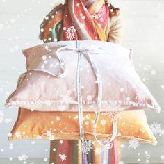 Christmas wishes, velvet cushions, linen cushions, fluweel, fluwelen kussens, linnen kussens #velvet #fluweel #fluwelenkussens White Interiors, Velvet Cushions, Christmas Wishes, Tulle, Fabric, Fashion, Tejido, Moda, Tela