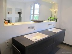 Baignoire encastrée et niches de rangement dans Salle de bain béton ciré . Idée décoration de salles de bain Design et Contemporaines sur Domozoom.