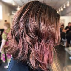 Hair Colors: The Purple Chocolate Trend sarà in cima alla lista - Nuove Acconciature Brown Hair With Pink Highlights, Rosa Highlights, Hair Highlights, Chocolate Mauve Hair, Pelo Chocolate, Cabelo Rose Gold, Baliage Hair, Hair Dye Removal, Hair Color Pink