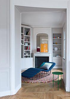 Un petit salon blanc aux touches colorés
