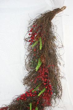 Decorazione da appendere Natale. Ramo in corteccia con bacche rosse l.1 mt. Altri utilizzi: giroporta, decorazione a parete o centrotavola con candele appoggiate in mezzo ai rami.
