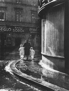 Járai Rudolf - Tavaszi zápor. Belváros, a Feherhajó és a Sütő utca találkozása, 1940  Thanks towonderfulambiguity