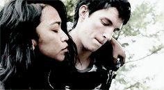 Ese incomodo momento en el que empiezas a odiar a Murphy por morder a cassandra, y terminar con esta pareja... :(