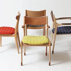 【New Fabrics】 fingermarks Original Chairに「minä perhonen(ミナペルホネン)」さんの生地を張りました!! いかがでしょう?! 価格は椅子の種類によって¥53,000〜¥79,000(税別) (上記、当社選定生地のお値段) (その他の生地も取り扱っておりますが、価格が多少異なってきます。詳しくはお気軽に当社までお問い合わせください。) 正面 『journey-half(beech×cherry)』 左 『pint-F(oak)』 右 『journey-full(maple×walnut)』 奥 『yu-dining(oak)』 注文、問い合わせは当社まで。 0120-074-929 http://fingermarks.net/contents/fingermarks-minaperhonen/ #いいものずっと #フィンガーマークス #椅子 #minäperhonen _ _ _ _ #宇治 #京都 #北欧 #お気に入り#日々#家具 #くらし#テキスタイル#レストラン #生地#フィンユール #ウェグナー…