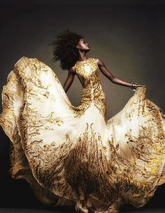idea: prender ponta dos vestidos nos pulsos como pulseira, e ao se movimentar o vestido se movimenta constantemente