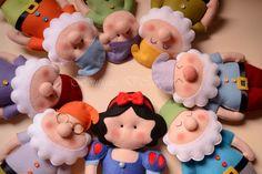 Atelier - Boutique D' Caroline Felt Christmas Ornaments, Handmade Ornaments, Felt Diy, Felt Crafts, Boutique D Caroline, Snow White Doll, Felt Patterns, Finger Puppets, Felt Dolls