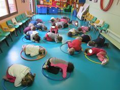 Discover thousands of images about TPS/PS/MS Expression corporelle avec un CERCEAU. Physical Activities For Kids, Gross Motor Activities, Movement Activities, Physical Education Games, Gross Motor Skills, Classroom Activities, Learning Activities, Preschool Activities, Kids Learning
