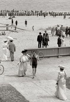 Florida circa The beach at Palm Beach. I get that it's 1905 but seriously long dresses with sleeves on the beach in Florida? Vintage Beach Photos, Photo Vintage, Vintage Pictures, Old Pictures, Vintage Images, Old Photos, Belle Epoque, Antique Photos, Vintage Photographs