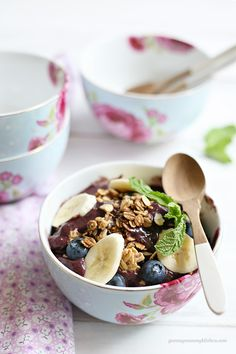Acai Breakfast Bowls Recipe / Yummy Mummy