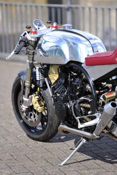 The Super Cafe Racer is a Norton featherbed cradling a 1000cc Aprilia RSV motor. Nice tank baby.