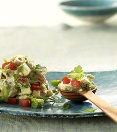 Guacamole: Avocados, Frühlingszwiebeln, Tomaten, Knoblauch, Limette, Koriander und Frischkäse ergeben eine tolle Beilage zu Gegrilltem, Baguette oder als Dip für Nacho-Chips.