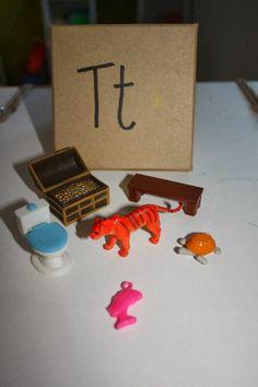 Un outil que j'adore pour l'apprentissage des lettres et des sons, c'est les boîtes de sons. En fait, ce sont de petites boîtes qui contien...