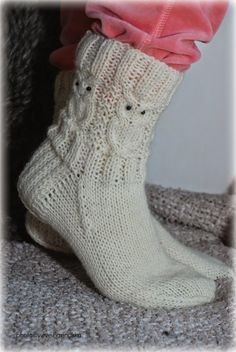 Näitä tarvitset: Seitsemän Veljestä (valkoinen) Puikot 3.5 48 silmukkaa, 12 puikolle Langan menekki n.100g 16 helmeä silmiksi... Crochet Socks, Crochet Baby Booties, Knit Or Crochet, Crochet Clothes, Knitting Socks, Knitted Hats, Owl Knitting Pattern, Knitting Paterns, Knitting Projects