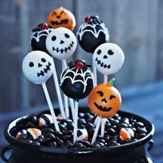 Halloween - for my friends who do cake pops! Halloween Cake Pops, Halloween Desserts, Diy Halloween Party, Dulces Halloween, Bolo Halloween, Halloween Baking, Halloween Goodies, Halloween Birthday, Halloween Candy