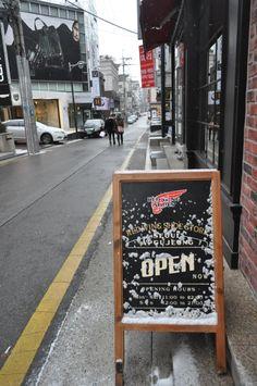 조금전부터 서울에 눈이 내리기 시작했습니다.오늘 밤부터 경기중부지역을 중심으로 대설주의보가 예상되오니 눈 피해가 없길 바랍니다.