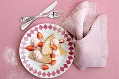 Kaurapannari ✦ Kaurapannari on oiva vierastarjottava pikkuväen synttäreille tai lastenkutsuille. Ota pannarista kuvioita piparimuotilla tai leikkaa kolmiopaloja. Pursota valmista mansikkarahkaa annosten makoisaksi kyytipojaksi. Maistuu myös muulle perheelle! http://www.valio.fi/reseptit/kaurapannari-alkaen-10-kk/