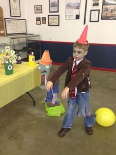 Plants vs zombies costume, the boys want to dress like this for Halloween (Para Andres) Halloween Zombie, Diy Zombie Kostüm, Zombie Kid, Halloween Goodies, Halloween Cosplay, Holidays Halloween, Halloween Costumes For Kids, Halloween Party, Zombie Birthday Parties