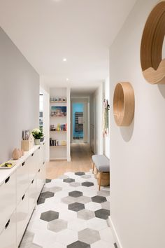 Entrance corridor with hexagonal cement tile and parquet cut - ftille Küchen Design, Floor Design, Tile Design, Interior Design, Modern Flooring, Parquet Flooring, Flooring Ideas, Home Room Design, House Design