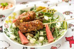 Karitsa-kebakot sopivat muulloinkin kuin pääsiäisenä. Voit valmistaa ihanan mausteiset kebakot miedosta karitsan jauhelihasta. Tarjoa seuraksi salaattia ja riisiä tai bulguria. Voit valmistaa kebakot myös naudan jauhelihasta.